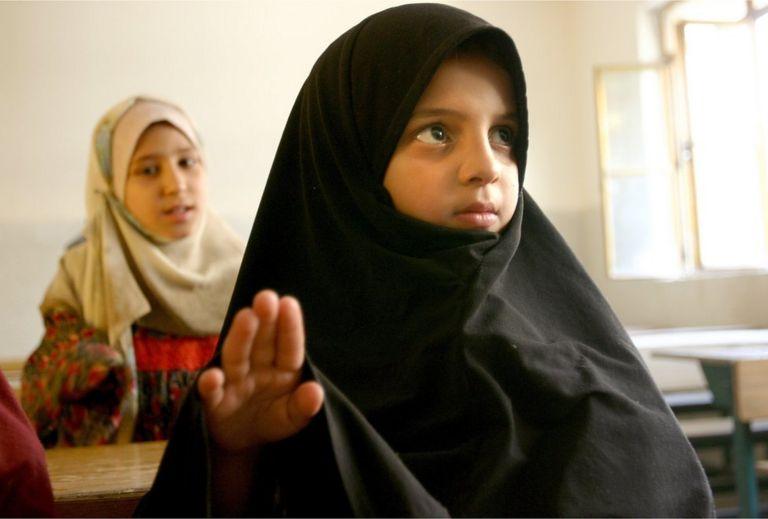 Çocukları başlarını örtmeye zorlamak tartışmalara yol açan bir konu. Fotoğraf 2004 yılında, Saddam sonra Bağdat'tan