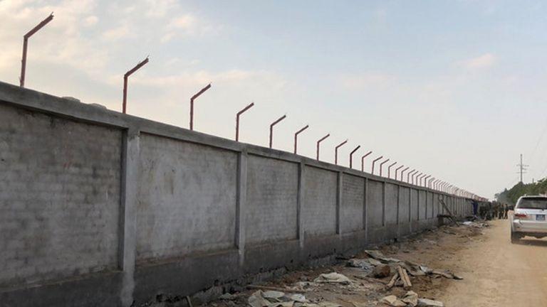 Một phần tường xây tại khu vực sân bay Miếu Môn