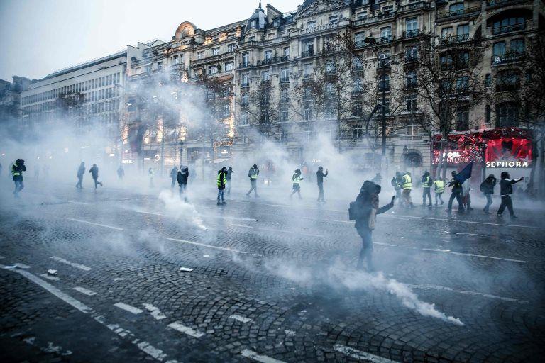 Sarı Yelekliler: Fransa'da sokaklara çıkan eylemcilerin sayısı yarıya düştü