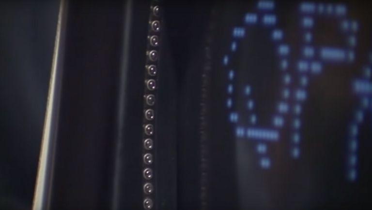 Diodos en el borde vertical de una pantalla de computadora en 1982