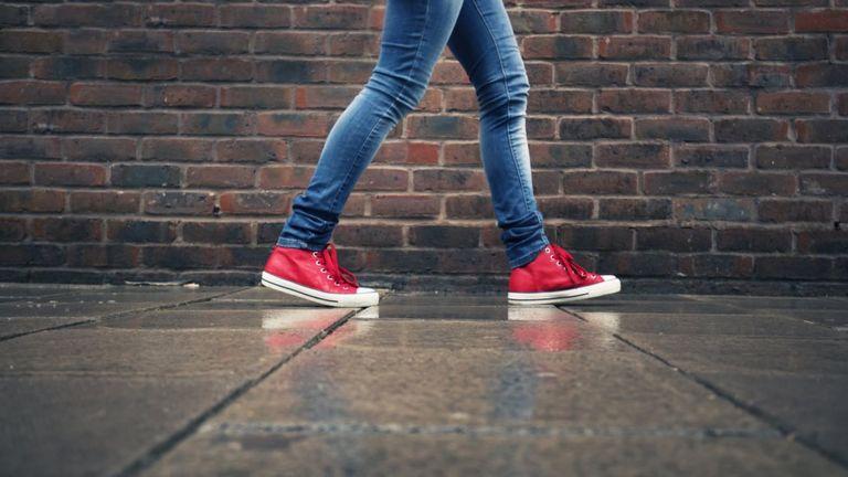 Una persona caminando