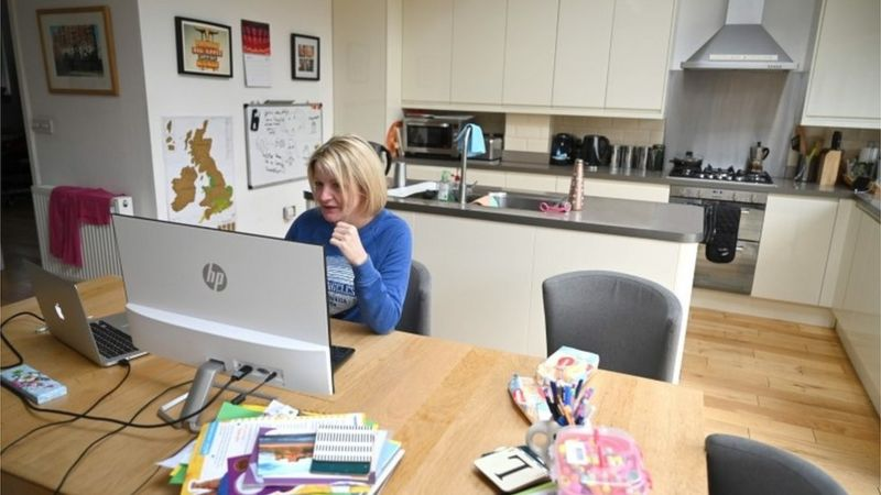 Mulher trabalha de casa