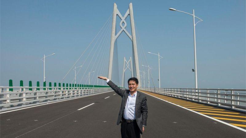 Un visitante en el puente.