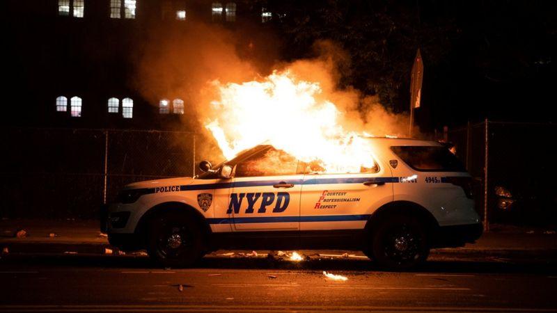 Xe cảnh sát bị đốt cháy ở New York