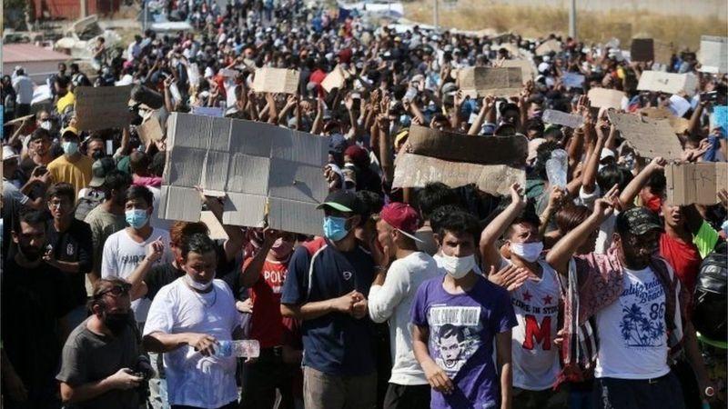 پلیس یونان انتقال هزاران مهاجر اردوگاه ویران شده موریا به یک اردوگاه تازه را آغاز کرد