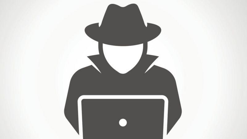 agente secreto usando laptop