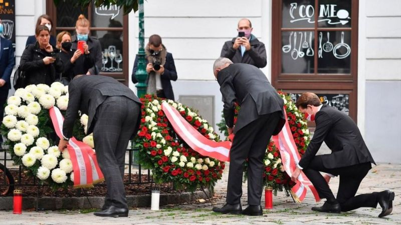 Vienna shooting: Austria hunts suspects after 'Islamist terror' attack _115200347_bcefd6d3-6218-45b9-b113-da4e00dc5029