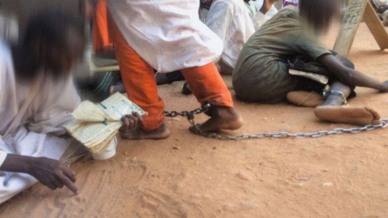 تحقيق لبي بي سي: آلاف الصبية يعذبون ويكبلون بالسلاسل في مدارس إسلامية في السودان