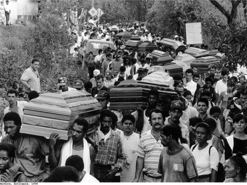Entierro colectivo de víctimas de un atentado de la guerrilla del ELN a un oleoducto en 1998. Al final murieron 78 personas por esta acción de la guerrilla.