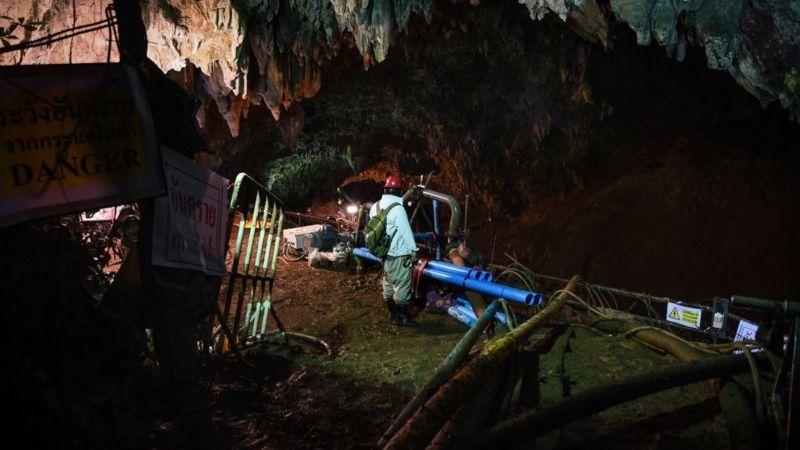 Maquinaria de bombeo al interior de la cueva