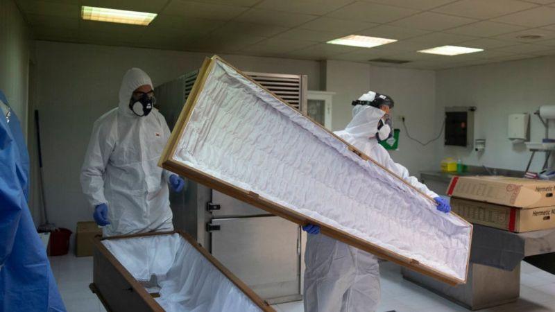 Preparación de ataúdes para víctimas del coronavirus en España