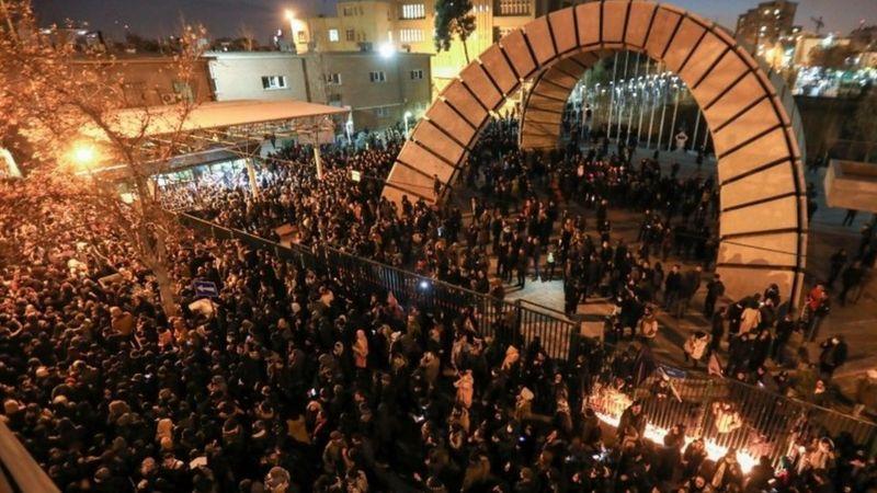 Protesta do lado de foa da universidade Amir Kabir