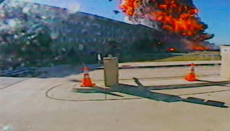 Bola de fuego tras el choque del vuelo AA77 contra el Pentágono
