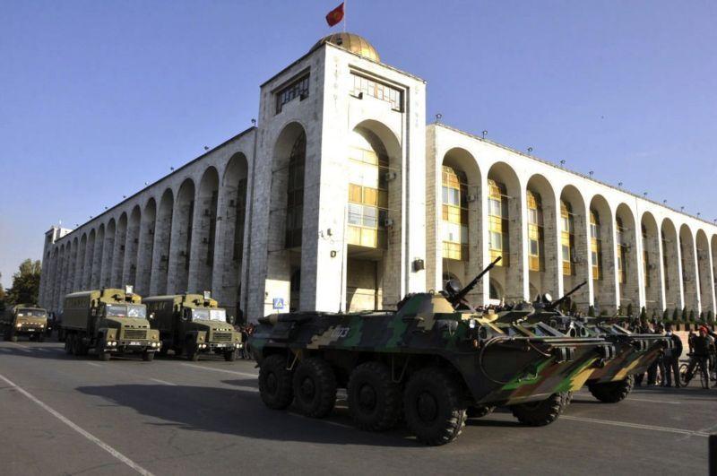 По приказу президента Жээнбекова в Бишкек была введена военная техника