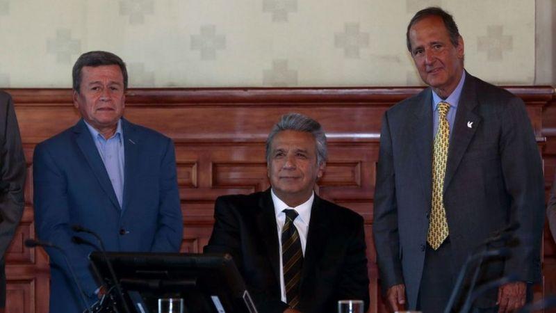 El presidente de Ecuador, Lenín Moreno, rodeado de los jefes negociadores de ELN, Pablo Beltrán, y del gobierno de Colombia, Juan Camilo Restrepo.