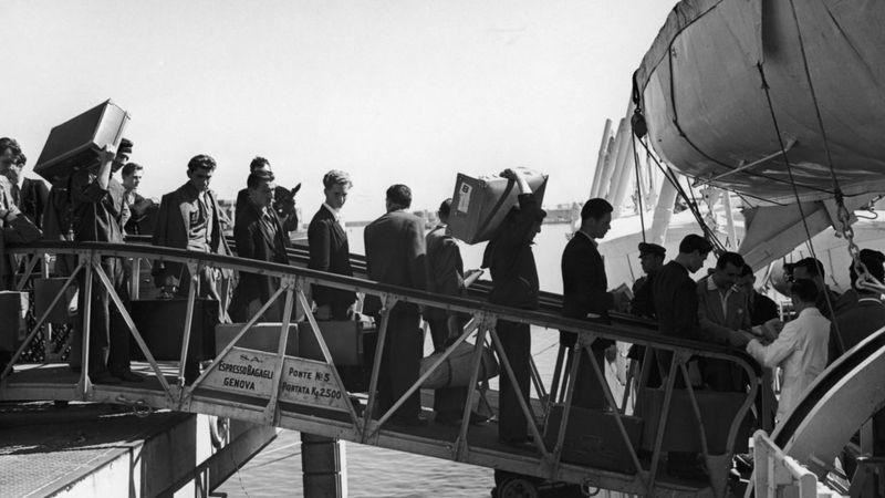 Italianos partiendo rumbo a Buenos Aires desde Génova circa 1930.
