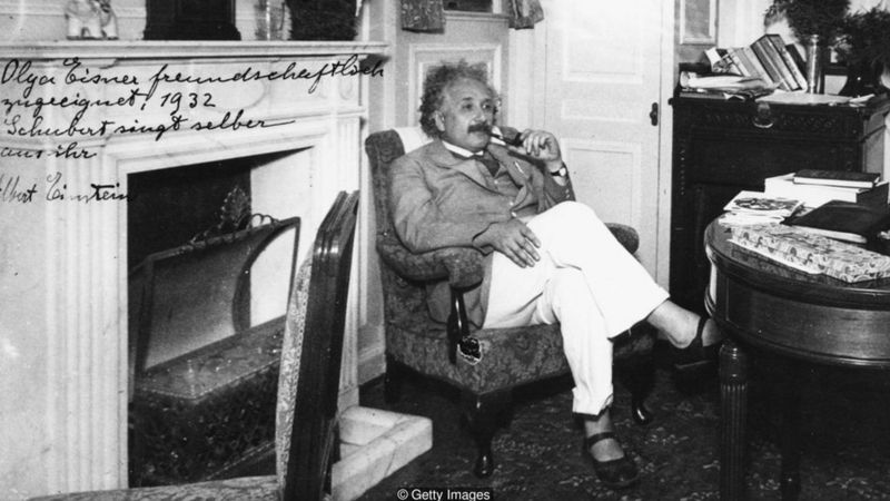 ไอน์สไตน์นั้นขึ้นชื่อในเรื่องของการเป็นคนไม่ชอบสวมถุงเท้า