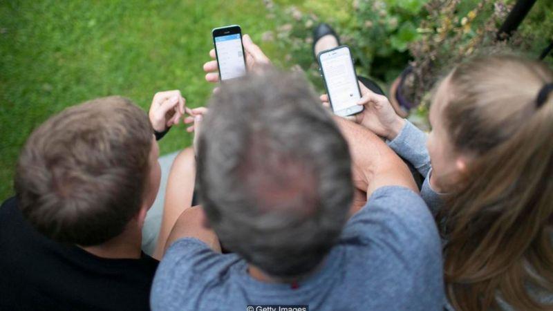 Một số nghiên cứu nói rằng việc sử dụng điện thoại di động nhiều làm ảnh hưởng tới chất lượng chuyện trò trực tiếp giữa mọi người với nhau