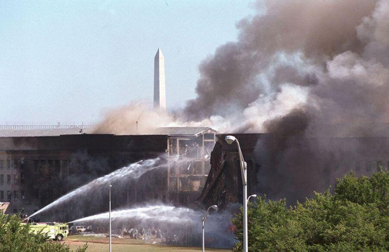 Bomberos apagando el fuego en el Pentágono