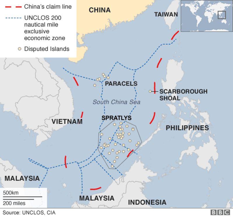 南シナ海で領有権が争われている西沙(Paracel )諸島や南沙諸島(Spratly )、中国が建設した人工島(Mischief Reef)、中国が主張する領海(赤の線)と周辺国の排他的経済水域(EEZ)(青の線)