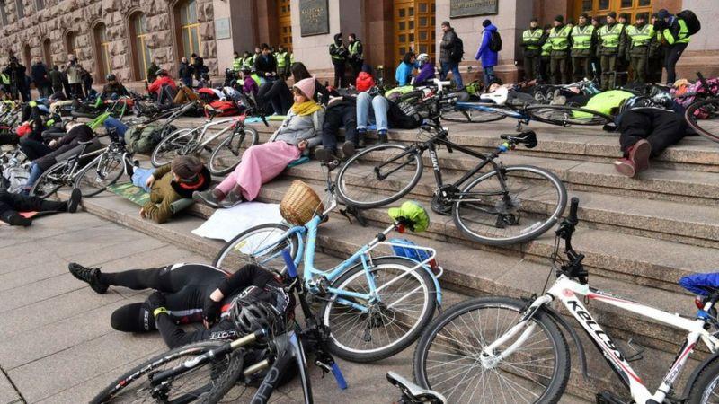 Київські велосипедисти страйкують коло мерії через відсутність належної та безпечної велосипедної інфраструктури в місті
