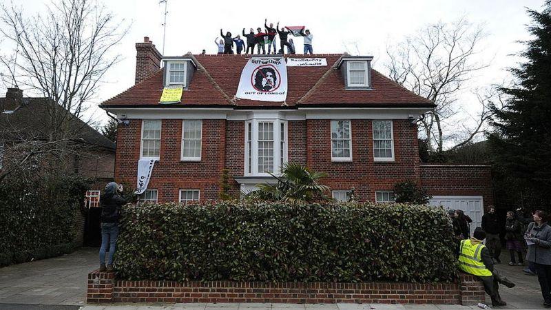В 2011 году активисты провели акцию на крыше дома Сейфа Каддафи в лондонском районе Хемпстед