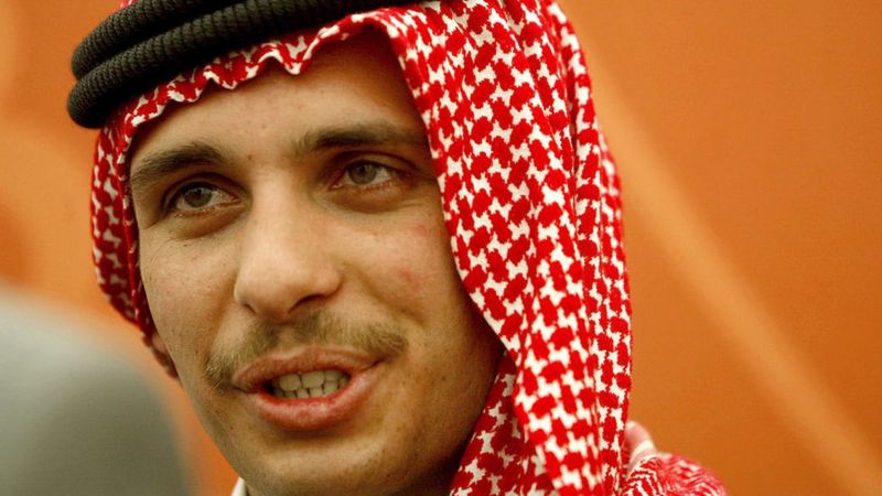 Хамза бен Хусейн - старший сын предыдущего короля Иордании Хусейна бен Талала. Ожидалось, что он станет новым королем - но на момент смерти отца принц был слишком молод, в связи с чем трон занял его сводный брат Абдалла. В 2004 году он лишил Хамзу статуса наследного принца.