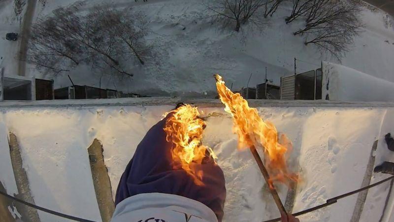 Alexander Chernikov pantolonlarını bir kar depresyonuna atlamadan önce ateşe veriyor.  Tehlikeli dublör videosu çevrimiçi olarak viral gitti