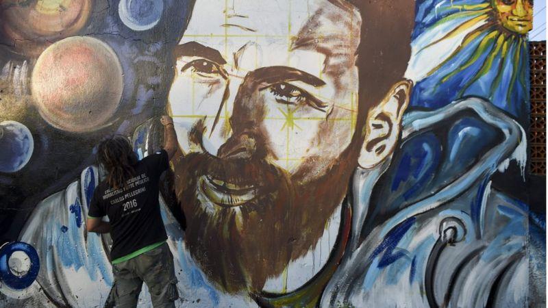 Sanatçı Lisandro Urteaga, Rosario'daki Lionel Messi duvar kağıdını boyuyor