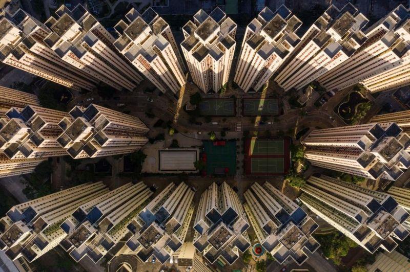 Азійські мегаполіси, зокрема Гонконг, відомі своєю щільною забудовою, яка подекуди дуже нагадує спальники української столиці