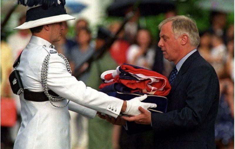 Chris Patten Union Jack bayrağını aldı