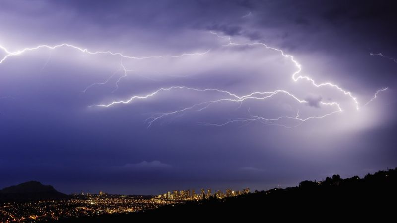 https://ichef.bbci.co.uk/news/800/cpsprodpb/3C48/production/_102723451_f0187274-a_lightning_storm_over_a_city_in_a_valley-spl.jpg