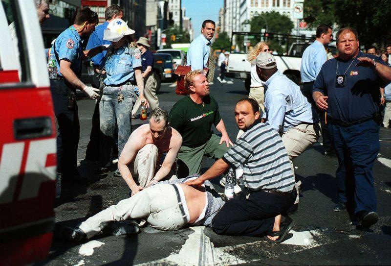 Gente y paramédicos atendiendo a un herido tras el choque de los aviones en las Torres Gemelas de Nueva York