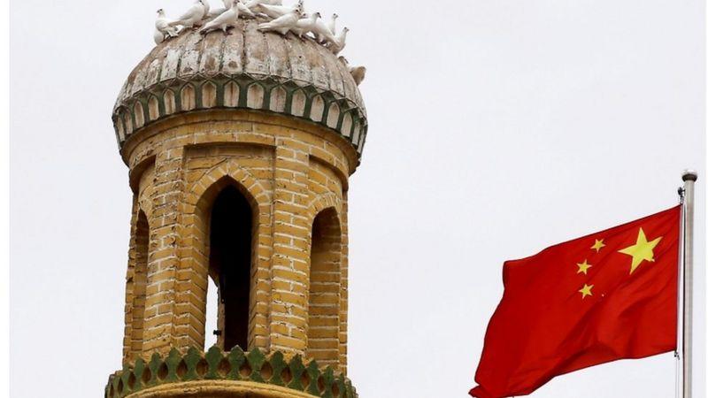 لوموند: تلویزیون چین 'یک روزنامهنگار جعلی برای رد نقض حقوق بشر در سینکیانگ ساخته'