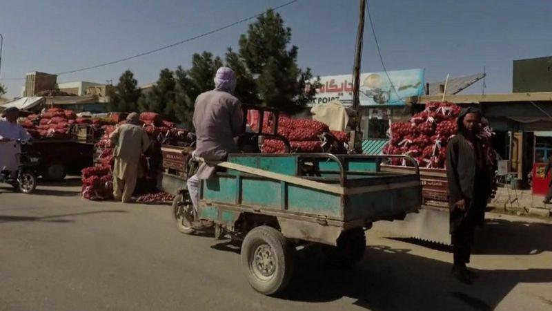 На улицах по-прежнему торгуют мелкие торговцы