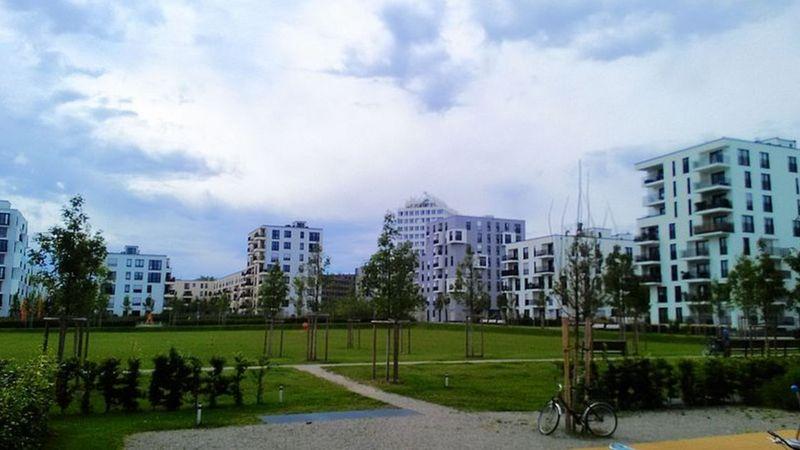 Один з нових районів у Мюнхені - середньоповерхова, квартальна забудова, багато зелені та ніяких авто у дворах
