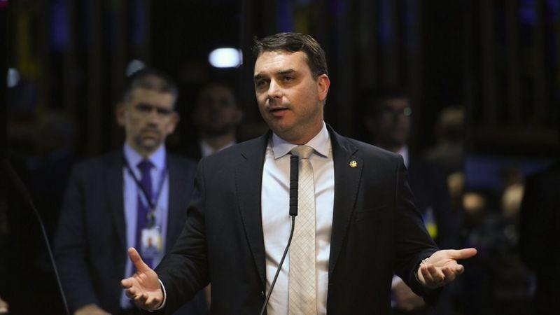 Flávio Bolsonaro fala no microfone no Senado