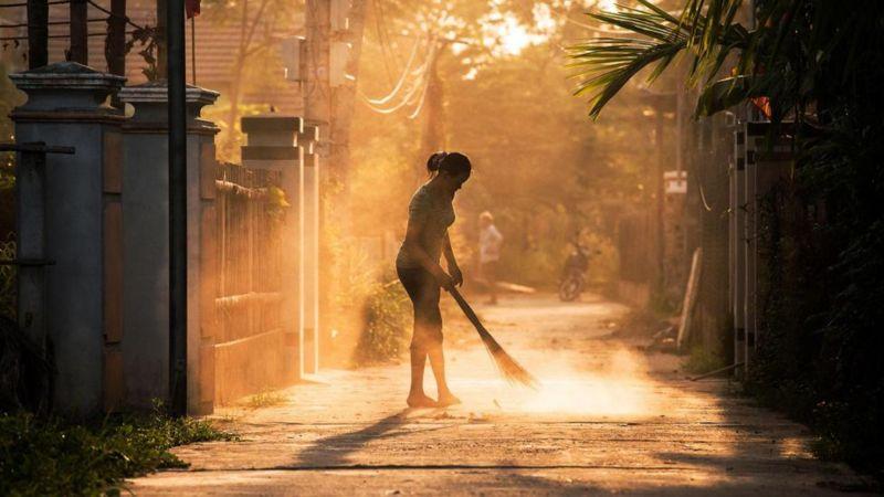 Rạng đông ở Hội An có cái duyên sắc riêng, với ánh mặt trời hắt ra từ tường và tràn ngập thành phố một thảm ánh sáng quyến rũ. Trong buổi bình minh yên tĩnh của ngày mới, một trong những ít tiếng động nghe thấy là tiếng chổi quét trong nhà và ngoài đường.