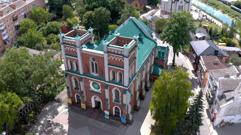 Костел та органнний будинок - одна з найвідоміших пам'яток міста. За радянських часів тут демонтували шпилі
