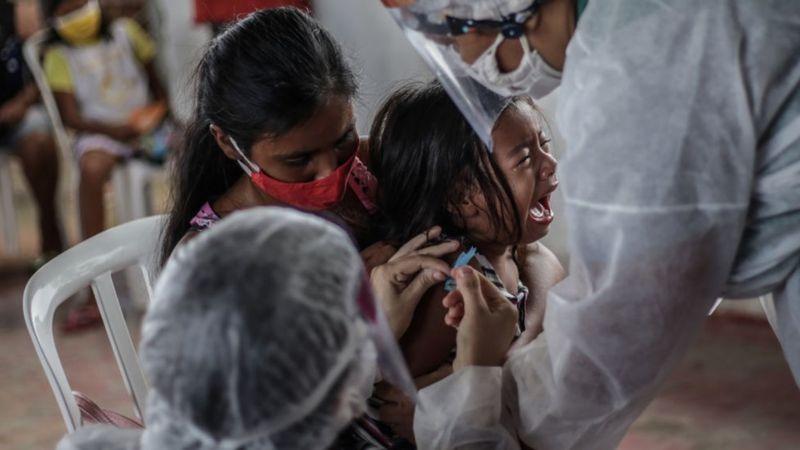 Vacunación de una niña