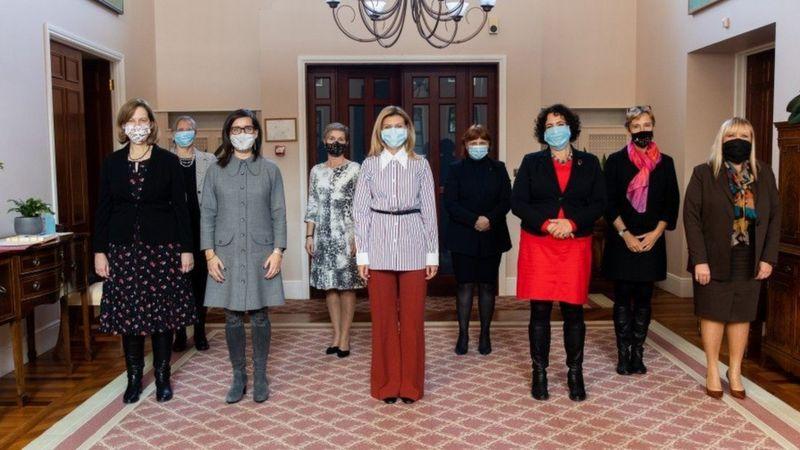 У жовтні цього року посол Великої Британії Мелінда Сіммонс запропонувала проводити неформальні зустрічі жінок-дипломаток з першою леді України. Так виник новий формат