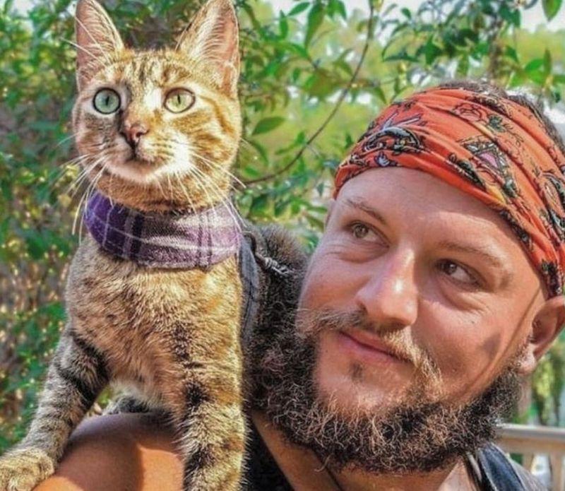 Cat Befriends World Traveler