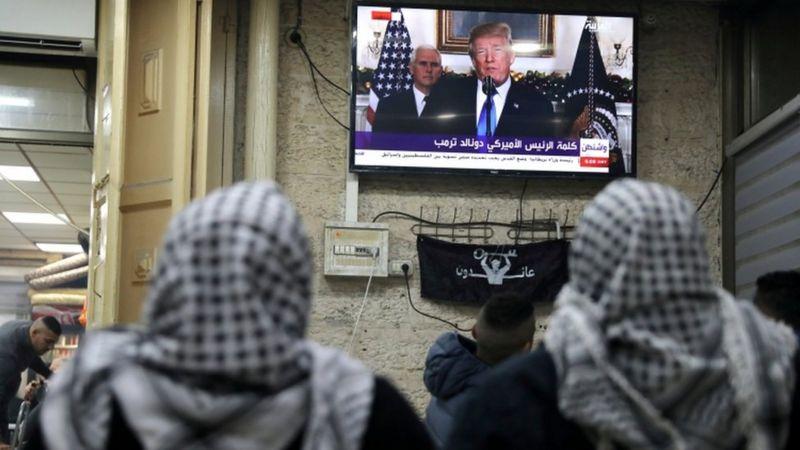 فلسطینیان در بخش قدیمی بیتالمقدس سخنان رئیس جمهوری آمریکا را دنبال کردند. آنها گفتهاند خود را برای اعتراض گسترده در برابر این تصمیم آماده می کنند