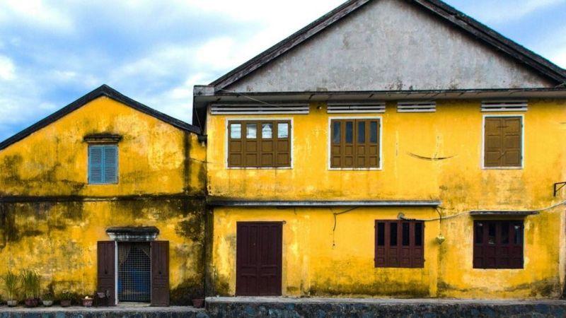 Có nhiều giả thuyết về lý do vì sao rất nhiều nhà quét vôi vàng. Một số cho rằng màu vàng là biểu tượng cho hoàng tộc; số khác cho rằng vì lý do thực dụng do màu vàng ít hấp thụ nhiệt, rất tốt với khí hậu nóng ẩm của Việt Nam. Cho dù thế nào, ánh màu này rất được tôn sùng trong văn hoá Việt Nam, nó biểu tượng cho may mắn, hãnh diện, thịnh vượng và tôn trọng. Ở hầu hết nhà Việt Nam đều có bàn thờ tổ tiên được trang trí bằng màu vàng và các loại hoa.