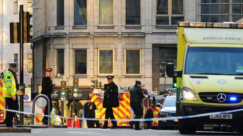 Policiais na London Bridge após ataque