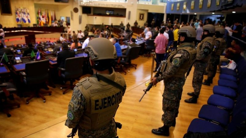 Soldados armados ocupam Congresso de El Salvador