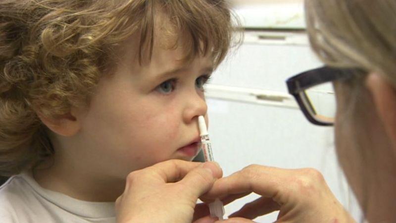 A child have a flu vaccine by nasal spray