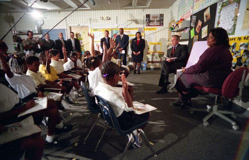 Fotografía de George Bush en una clase llena de niños de la escuela primaria Emma E. Booker en Sarasota, Florida