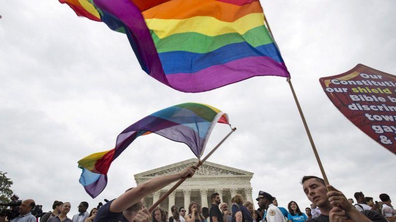 Em foto de 2015, manifestantes balançam a bandeira do arco-íris depois que a Suprema Corte, na capital americana, legalizou o casamento entre pessoas do mesmo sexo e LGBT