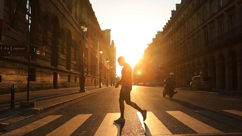 คนเดินข้ามถนน
